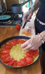 On ajoute ce qu'on veut comme garniture ! pour nous c'était : moutarde en fond, 3 tomates, des échalotes, du gruyère râpé et des olives vertes.